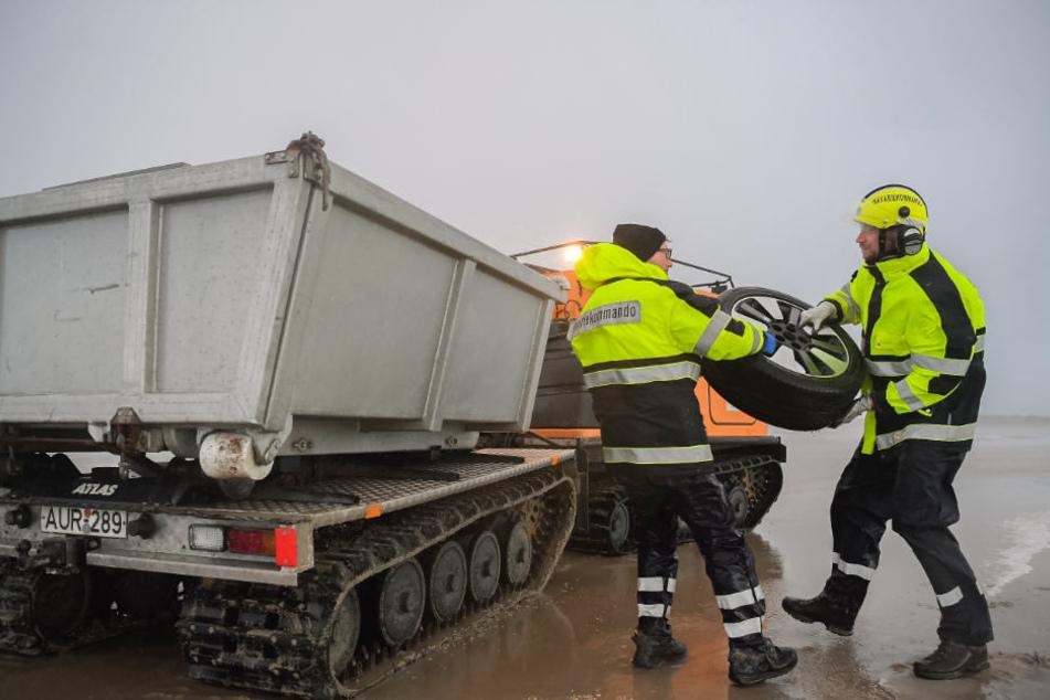 Bergungskräfte fanden bei der Ladung unter anderem Autoreifen.