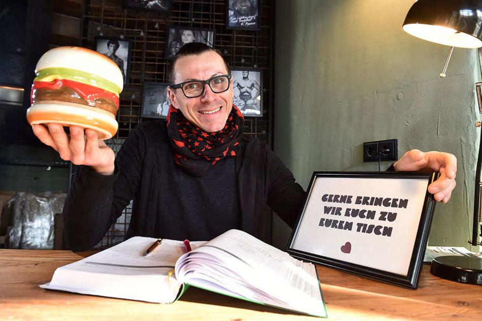 "René Förster (36) bringt im ""Burgerheart"" alle Gäste an ihren Platz."