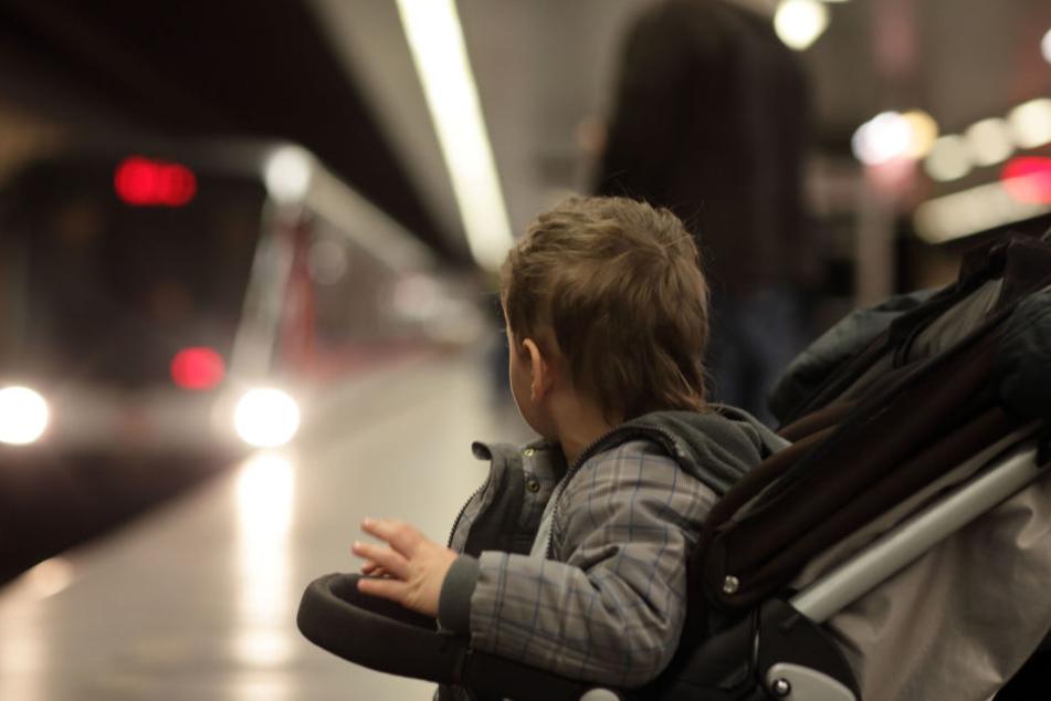 Der Junge stand plötzlich alleine am Bahnsteig, als der Zug mit seiner Mutter wegfuhr. (Symbolbild)