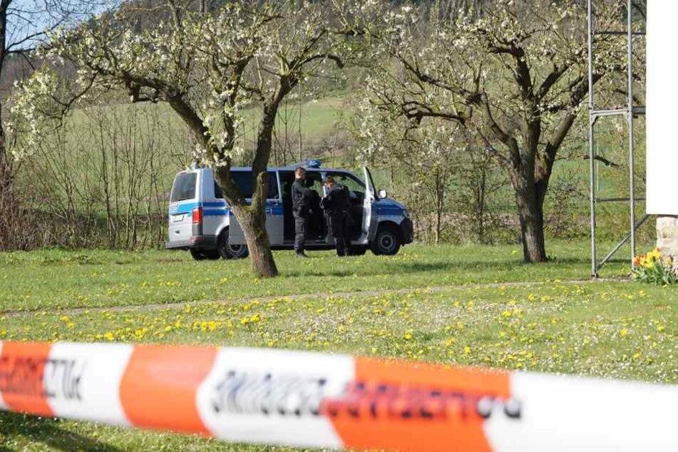 Die Polizei auf dem Grundstück der Eltern des Verletzten. Hier wurde in geheimes Labor entdeckt.