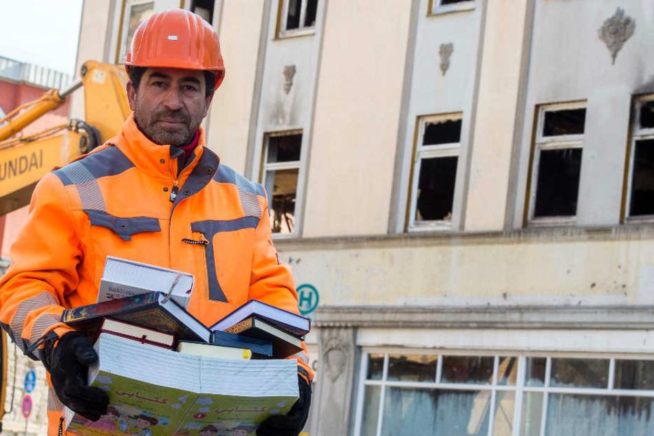 Djamel Benaissi (55) trägt aus den Räumen der islamischen Gemeinde Bücher.