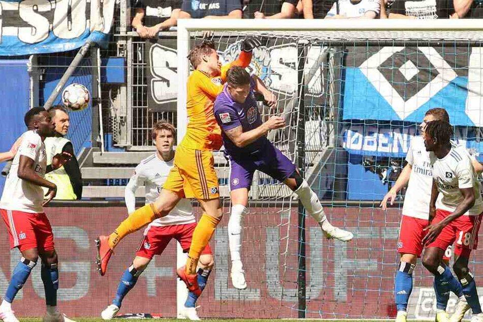 Entscheidende Szene vor dem Auer Treffer: Dennis Kempe stört HSV-Keeper Julian Pollersbeck, der dadurch am Ball vorbeifliegt.