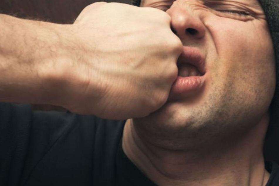 Der 43-Jährige schritt verbal ein, daraufhin griffen die fünf Halbstarken ihn an. (Symbolbild)