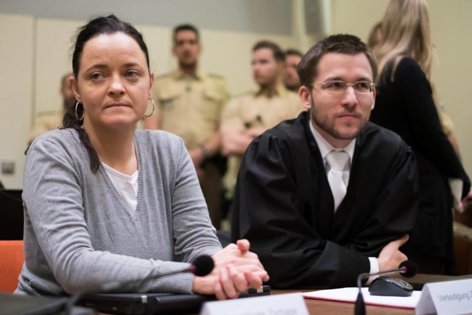Beate Zschäpe im Oberlandesgericht München am 20.12.2016 neben ihrem Anwalt Mathias Grasel.