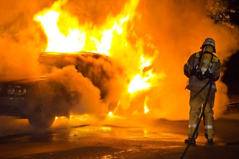 Vom ersten Auto breiteten sich die Flammen auf zwei weitere aus (Symbolbild).