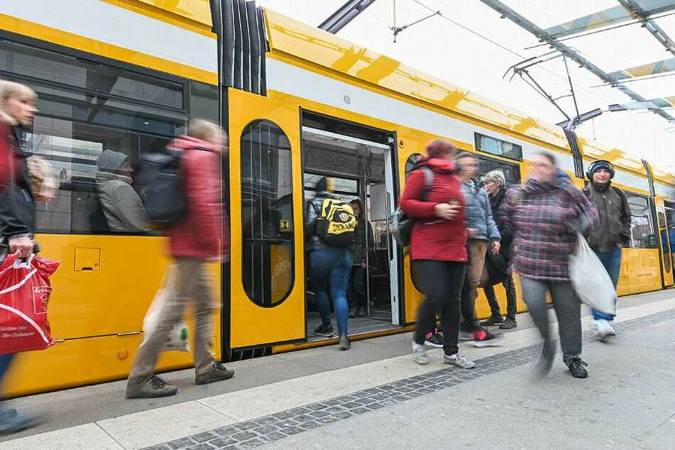 Nach der Tat verließ der Unbekannte die Straßenbahn an der Haltestelle Strehlener Platz. (Symbolbild)