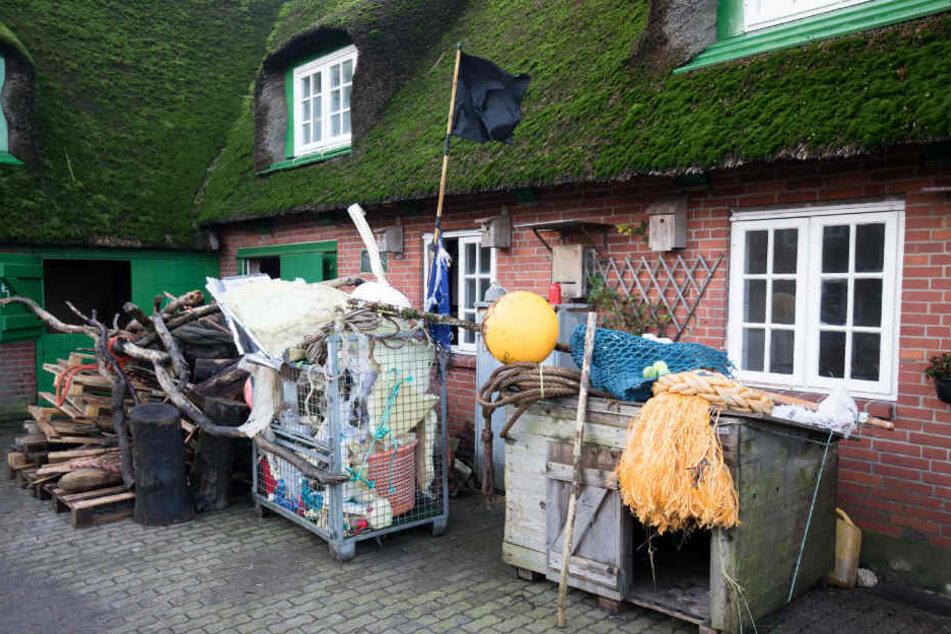 Am Strand gesammelter Müll steht vor der Scheune auf Süderoog.