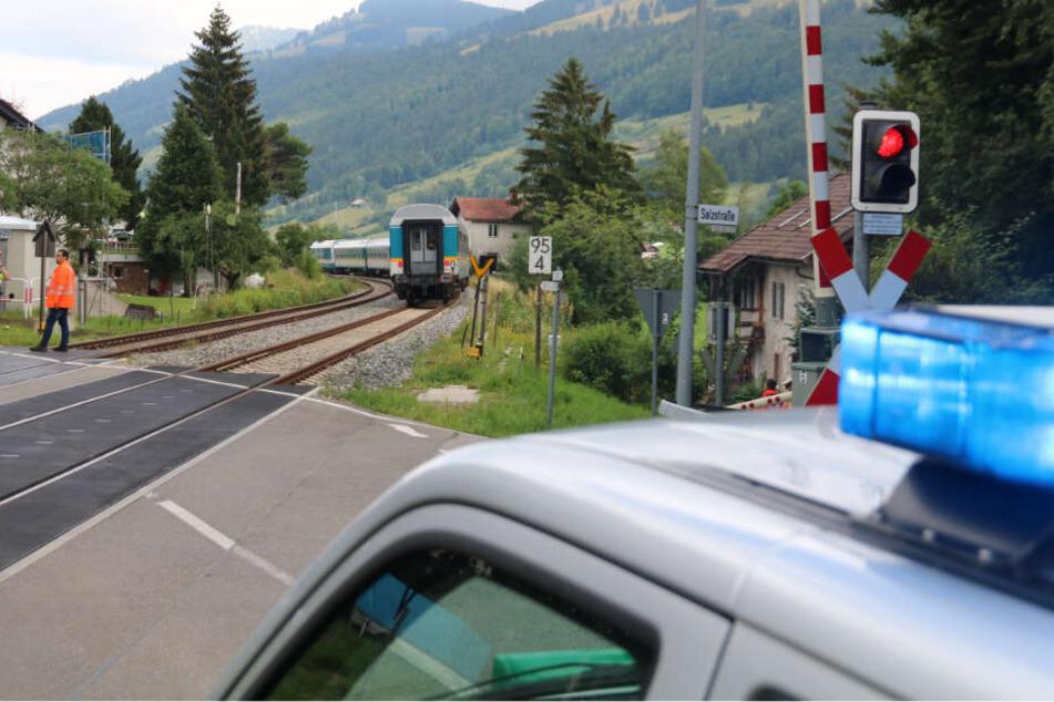 An einem Bahnübergang in Bayern ist ein Mann von einem Zug erfasst worden.