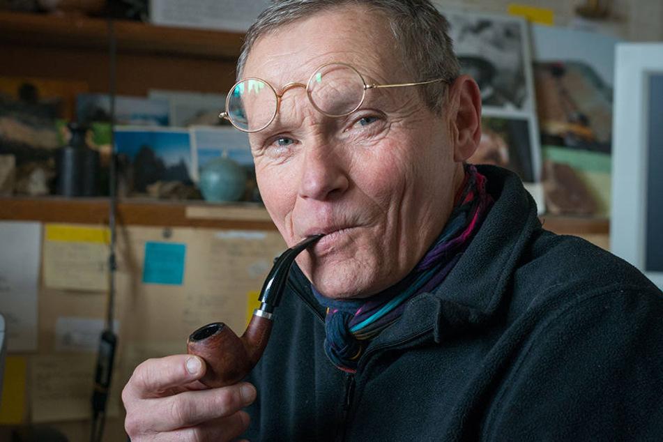 Arnolds Markenzeichen sind Tabakspfeife, Nickelbrille und das Barfußklettern.