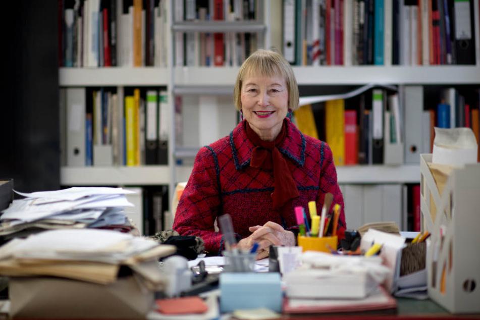 Die Generaldirektorin der Kunstsammlungen Chemnitz, Ingrid Mössinger, sitzt in ihrem Büro im König-Albert-Museum in Chemnnitz am Schreibtisch.