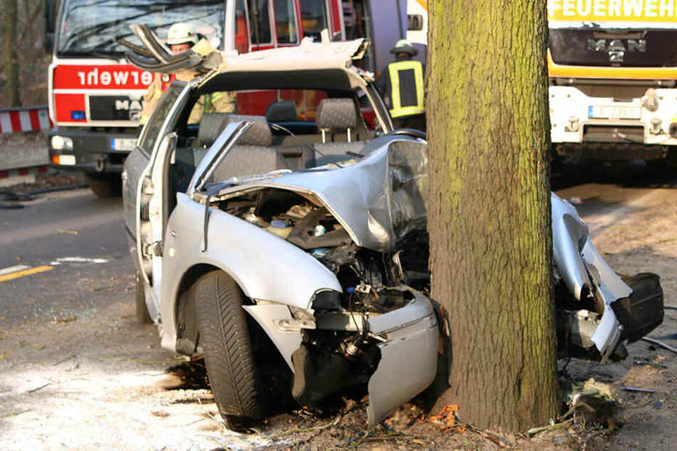 Das Auto wurde durch den Aufprall frontal stark beschädigt und zusammengedrückt.