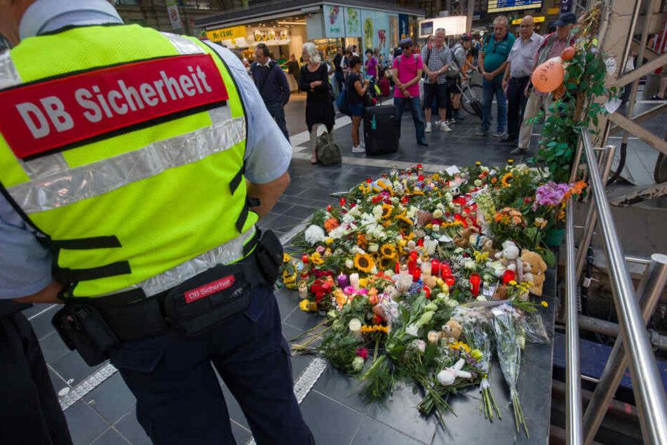 Trauernde legten Blumen im Gedenken an den Verstorbenen Achtjährigen am Frankfurter Hauptbahnhof nieder.
