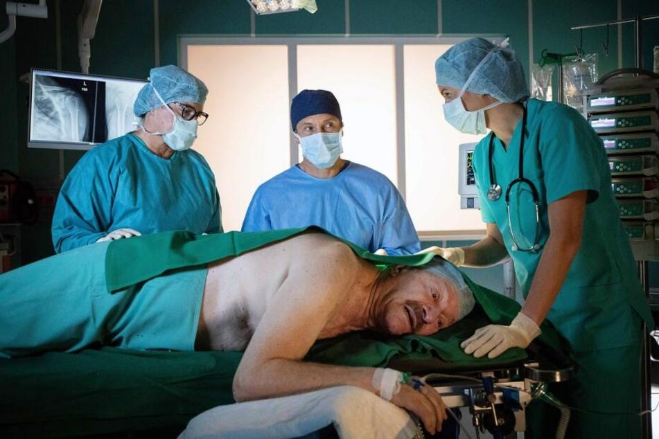 Berthold wird nach einer vor über 25 Jahren erlittenen Schusswunde erneut an der Schulter operiert. Im OP ist er unter lokaler Betäubung außer sich.