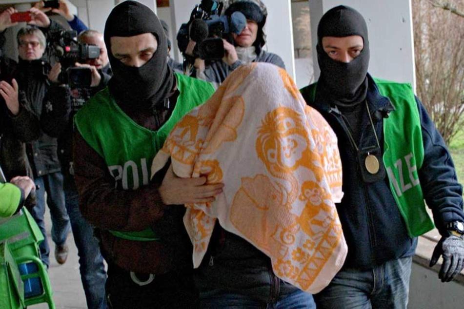 Polizisten führen nach einer Razzia in Berlin einen Terrorverdächtigen ab (Symbolbild).