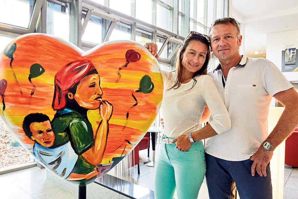 Das 51. Herz: Zur Ausstellungseröffnung im Akademiehotel kauften gestern  Martin Mühlbauer (54) und Sabine Nickel (48) spontan ein Herz des Künstlers  Mosso Art.