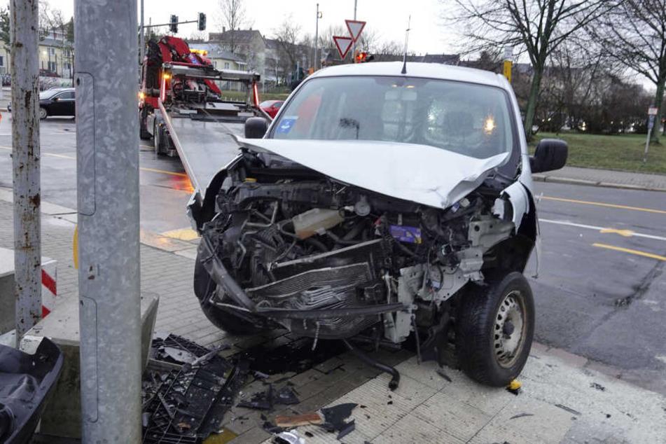 Der Renault war gegen einen Betonsockel gekracht.