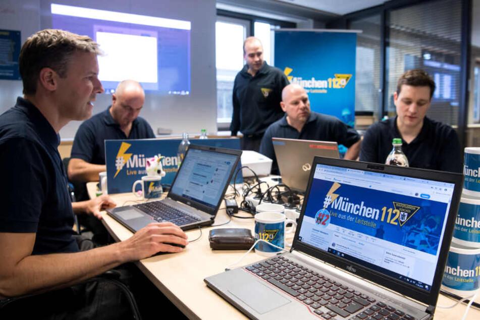 Feuerwehrmänner der Berufsfeuerwehr München twittern in der zentralen Leitstelle über ihre Einsätze.