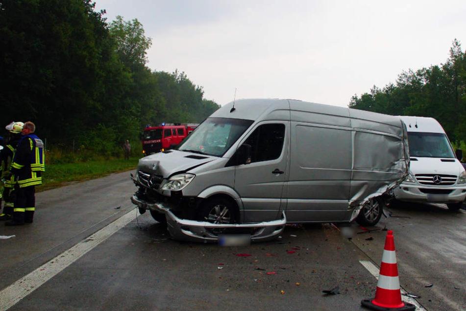 Auch drei Kleinlaster waren in den Unfall verwickelt.