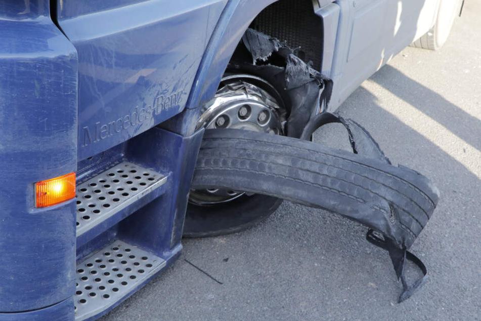 Der geplatzte Reifen des Sattelschleppers.