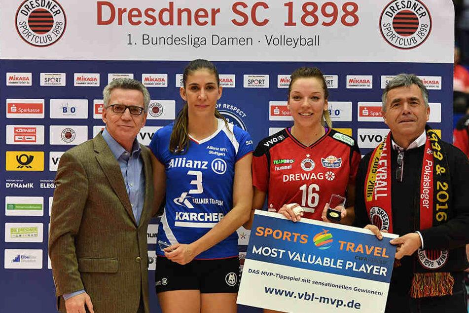 Stuttgarts Micheli Tomazela Pissinato (2.v.l.) und DSC-Kapitän Katharina Schwabe wurden von Innenminister Thomas de Maizière (l.) und Michael Harig vom VVO als wertvollste Spielerinnen ausgezeichnet.
