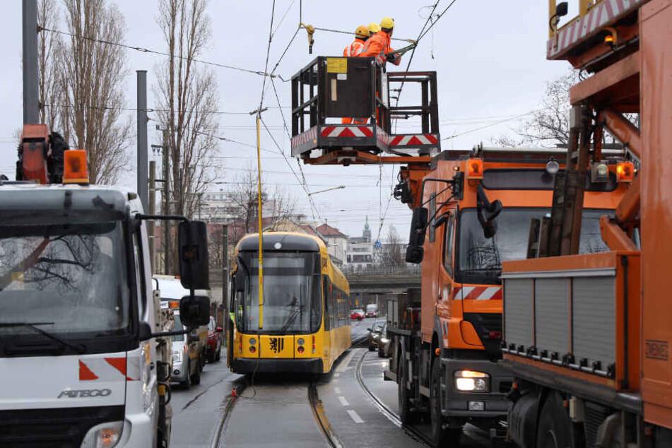 Laster bleibt in Oberleitung hängen und legt Dresdner Straßenbahnen lahm
