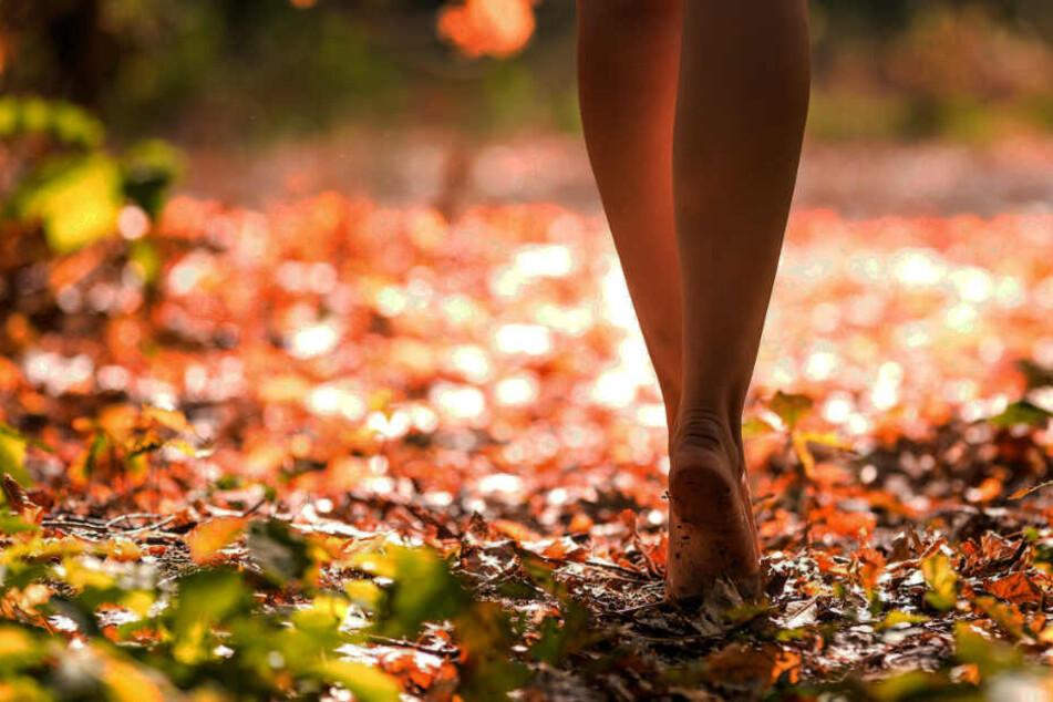 Barfuß und leicht bekleidet lief das Mädchen durch Markt Wald. (Symbolbild)