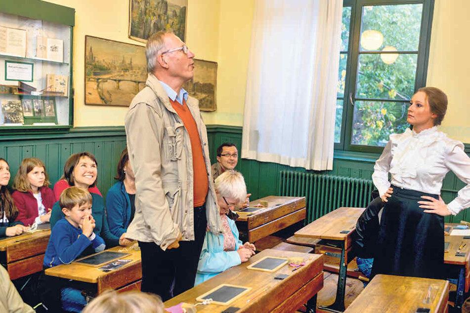 Schulstunde wie zu Kaisers Zeiten: Anne Herwig (25, Referentin für  Geschichte und Ethik) gibt eine gestrenge Lehrerin ab.
