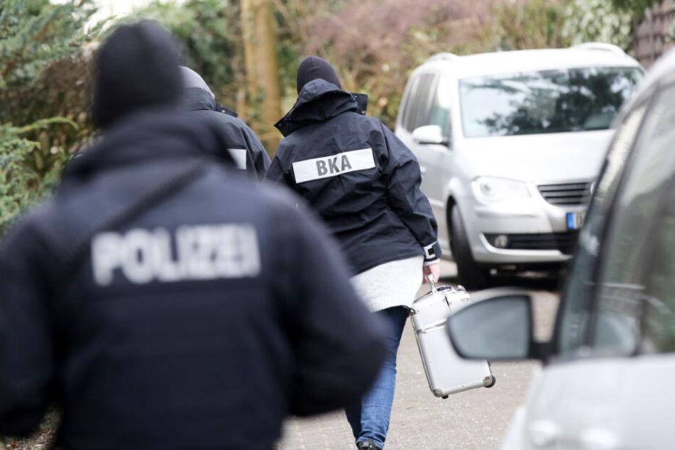 Beamte des BKA und Polizisten waren am Mittwochmorgen in Meldorf im Einsatz.