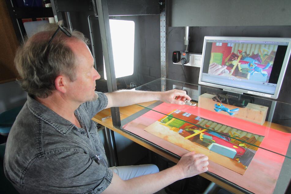 Kursleiter André Schmidt (61) erstellt an der Station für Flachtrick eine Szene mit Knetfiguren.