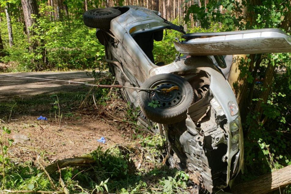 Auto kracht gegen Baum! Vier junge Männer schwer verletzt