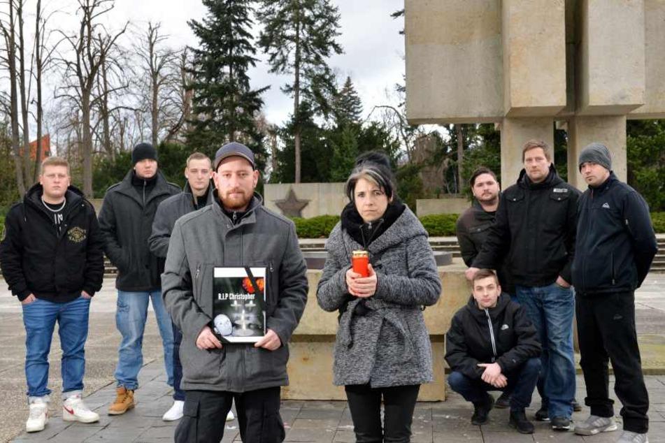 Heike Vorbrich (42, r.) und die Freunde von Christopher T. (23) trauern um ihren verstorbenen Freund.