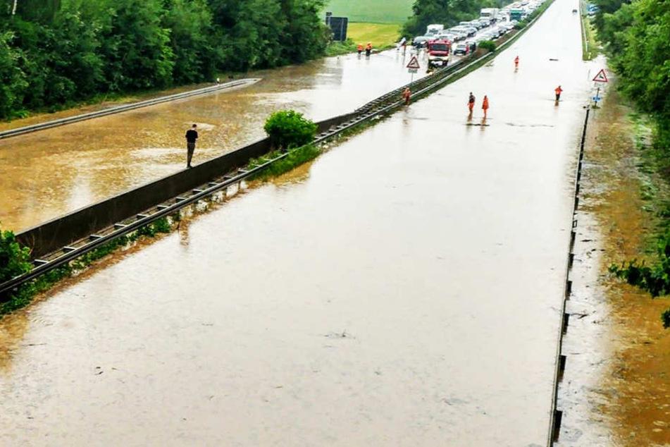 Die A14 musste auf Höhe der Raststätte Hansens Holz wegen Überflutung voll gesperrt werden.