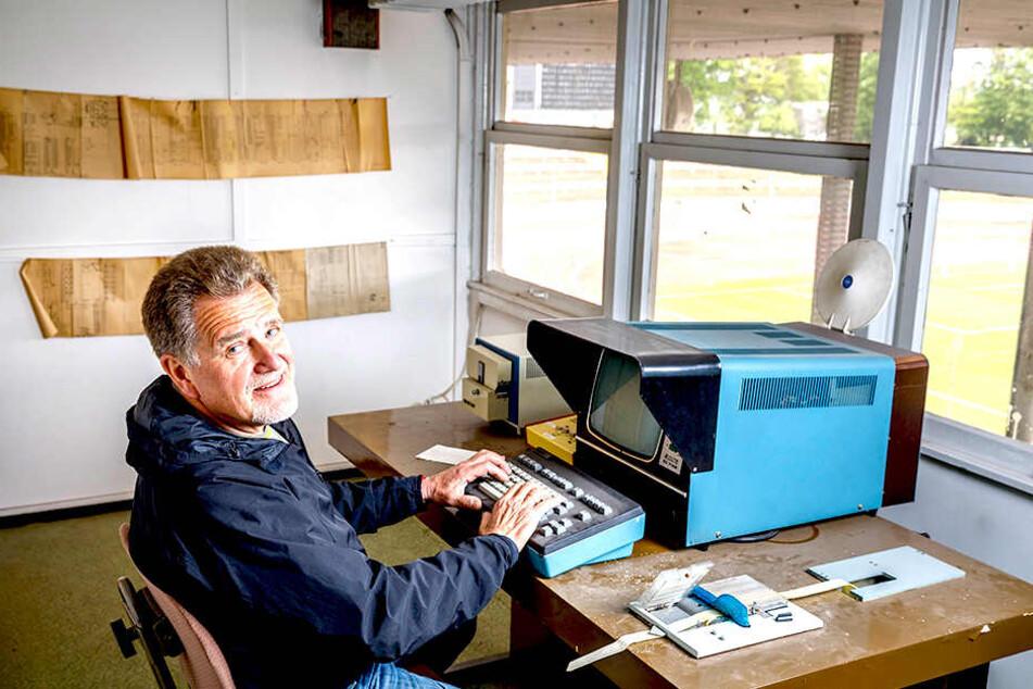 Er bringt das Technik-Wunderwerk von 1978 noch immer zum Laufen: Gunter Noack am Lochband-Computer für die Anzeigenwand