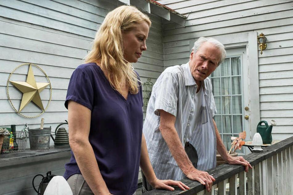 Earl Stones (r., Clint Eastwood) Verhältnis zu seiner Tochter Iris (Alison Eastwood) ist äußerst angespannt.