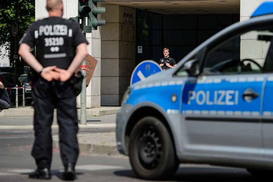 Polizisten wurden von der renitenten Frau immer wieder angegriffen (Symbolfoto).