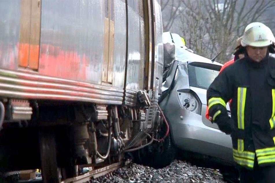 Die Frau stieß auf dem Bahnübergang mit einer Eurobahn zusammen und verstarb.