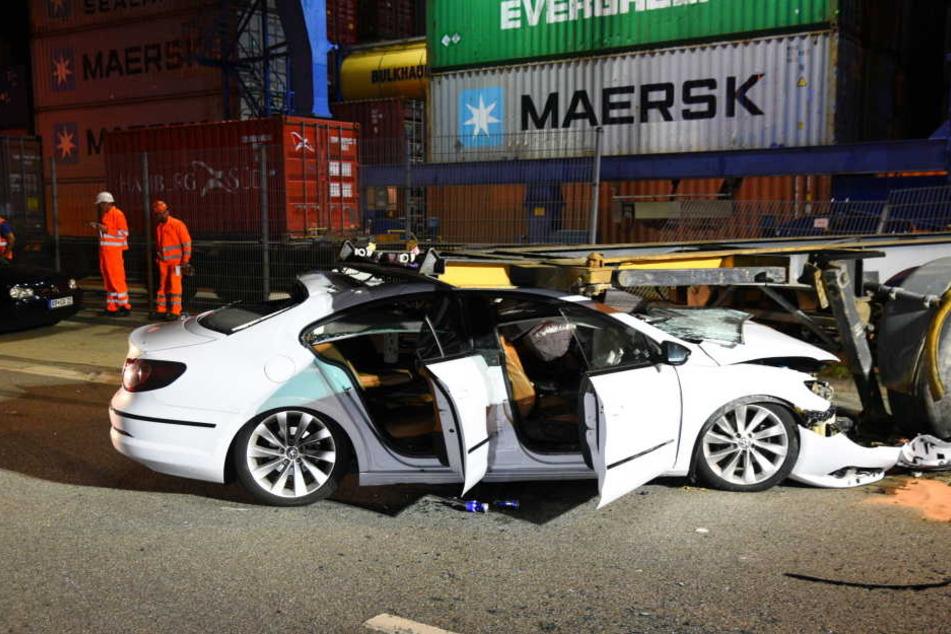 Total zerstört! Auto rast mit Vollgas unter Lkw-Anhänger