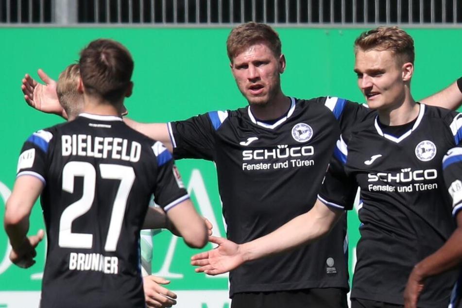 Fabian Klos (m.) feiert seinen Treffer zum 2:2-Ausgleich.