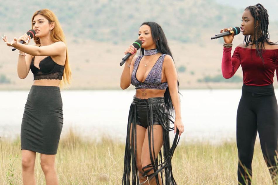 """Mit """"Umbrella"""" von Rihanna am Start (v.l.): Toranj Jafari, Emilija Mihailova und Matty Faal."""