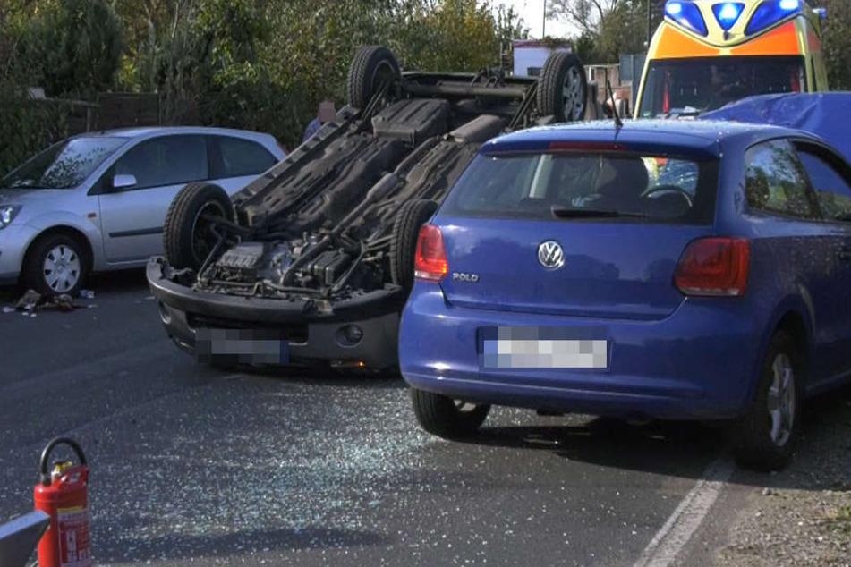 Passanten zogen den eingeklemmten Fahrer aus seinem auf dem Dach liegenden Kleinwagen.