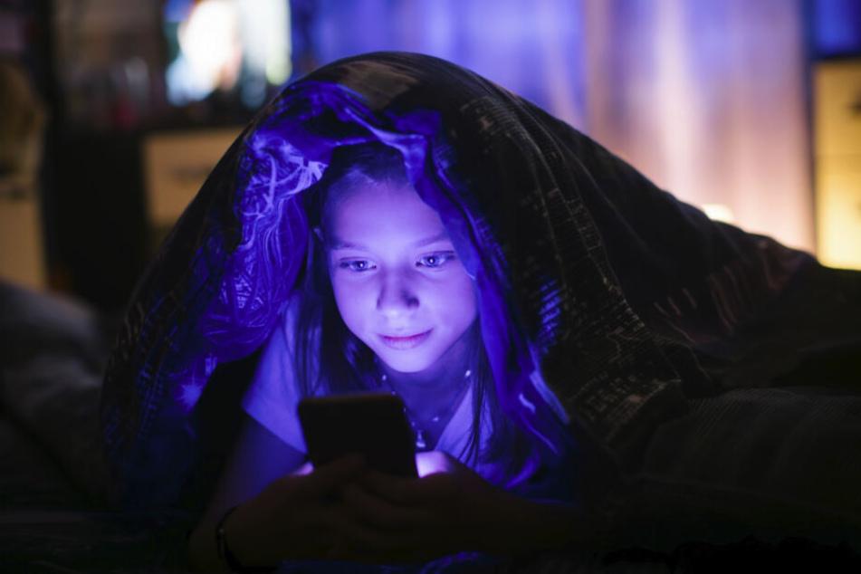 Smartphones strahlen blaues Licht aus und erschweren somit das Einschlafen. Am Abend empfiehlt es sich daher, den oft integrierten Blaulichtfilter zu aktivieren. Noch besser ist es, das Smartphone einfach beiseite zu legen.