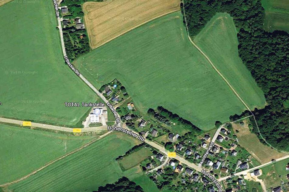 Das Bebauungsgebiet grenzt nordöstlich an ein Waldstück und liegt auf fruchtbarem Ackerland. Der Zubringer soll von der Erlbacher Straße abzweigen.