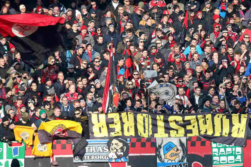 Im Nürnberg-Block wurde am Sonntag beim Spiel gegen Dynamo die 2014 geklaute Fahne präsentiert.