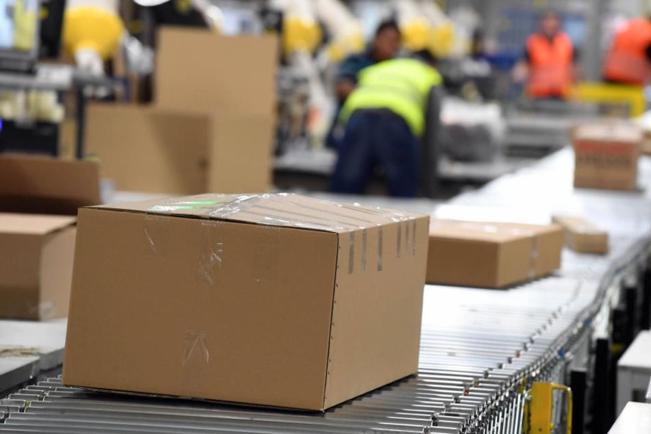 Tausende Pakete verlassen die Versandhändler in Sachsen zu Weihnachten. Dafür muss die Belegschaft größtenteils aufgestockt werden.