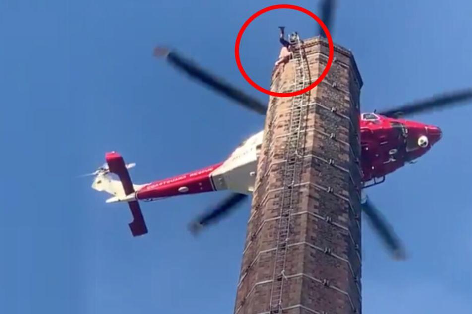 Dramatische Szenen: Mann hängt in 90 Meter Höhe kopfüber an Leiter, Retter versuchen alles