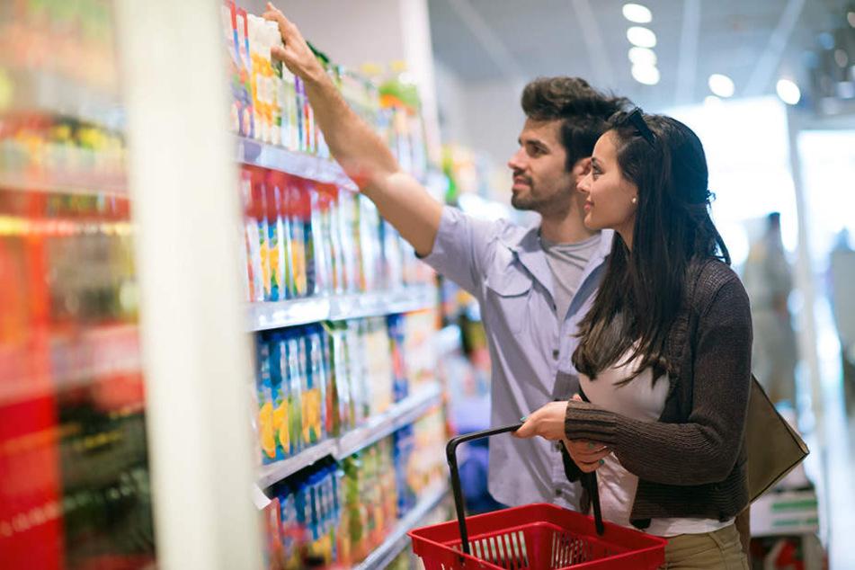Gelegenheit macht Diebe: Die offene Tasche im Einkaufskorb gepaart mit der Unaufmerksamkeit des Opfers laden quasi schon zum Diebstahl ein. (Symbolbild)