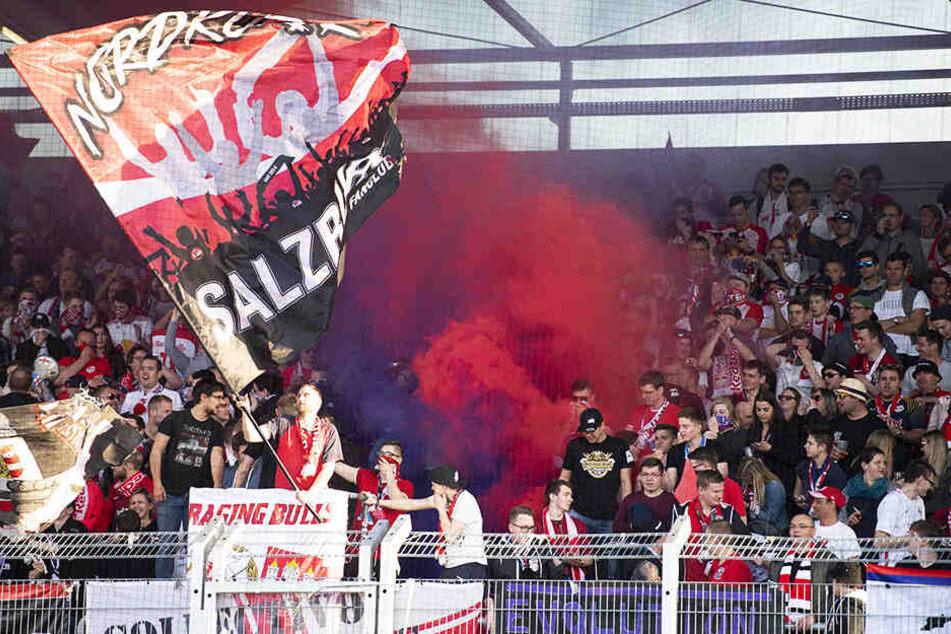 Ein Salzburg-Anhänger warf im Spitzenspiel von Red Bull beim LASK einen Böller auf das Spielfeld und verletzte dabei einen Balljungen. (Symbolbild)