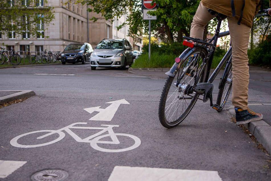 Ein Kleintransporter kam in Reudnitz von der Straße ab und erfasste einen an einer Ampel wartenden Fahrradfahrer.