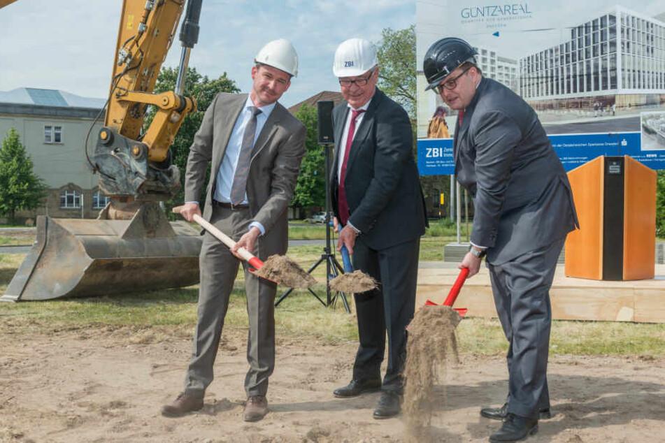 Sie geben der Johannstadt ein neues Dorf und Gesicht (v.r.): Joachim Hoof (59), Chef der Ostsächsischen Sparkasse, ZBI-Aufsichtsrats-Chef Peter Groner (66) und Dresdens Baubürgermeister Raoul Schmidt-Lamontain (40) beim Spatenstich am Dienstag.