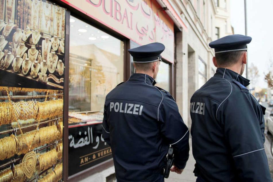 Polizisten kontrollieren jetzt öfter auf der Eisenbahnstraße, was Passanten in ihren Taschen haben.
